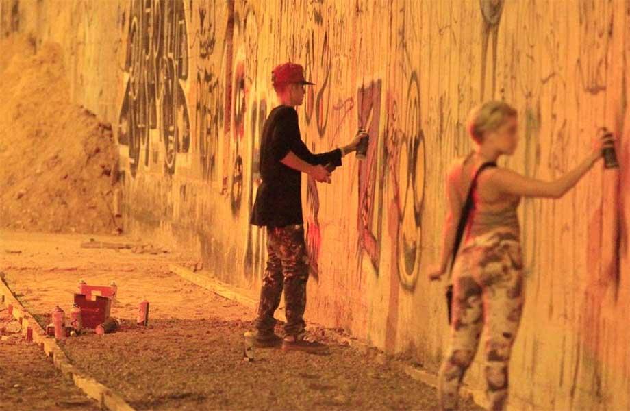 bieber-pichando-muro