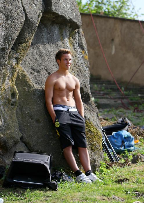 BVB klettert an einer Natursteinwand