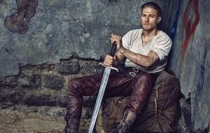 Charlie Hunnam como Rei Arthur e sua Excalibur no set do novo filme do Guy Ritchie