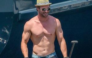 Chris Hemsworth bota os músculos pra trabalhar no stand-up surf com a esposa