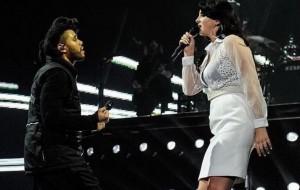 """Lana Del Rey aparece de surpresa em show do The Weeknd e os dois cantam """"Prisoner"""""""