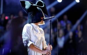 """Sia sobre compor com Rihanna e Kanye West: """"eles quase nunca aparecem"""""""