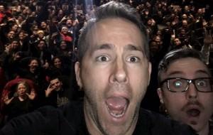 """Ryan Reynolds surpreende fãs no cinema e mostra """"Deadpool"""" inteirinho"""