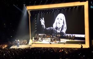Adele canta vários sucessos no incrível primeiro show da sua nova turnê