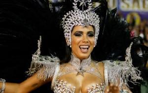 Veja Anitta toda diva arrasando no desfile da Mocidade Independente no Carnaval do Rio