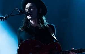 "James Bay faz apresentação lindinha de ""Hold Back The River"" no BRIT Awards 2016"