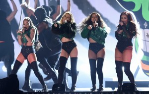 "Little Mix faz apresentação poderosa de ""Black Magic"" no BRIT Awards 2016"