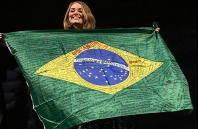 Adele-bandeira-Brasil