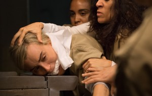 "Chapman sofrendo em primeiras fotos divulgadas da nova temporada de ""Orange Is The New Black"""