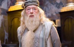 """Sexualidade de Dumbledore pode ser abordada em """"Animais Fantásticos"""", dá a entender Rowling"""
