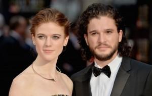 """Atores de """"Game of Thrones"""" aparecem pela primeira vez como um casal em tapete vermelho"""