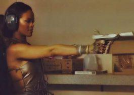 """Rihanna aprende a atirar em novo vídeo com bastidores de """"Needed Me"""""""