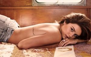 Selena Gomez faz topless e sensualiza em ensaio à revista GQ
