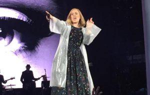 """Adele interrompe show para """"brigar"""" com fã que estava filmando em vez de curtir"""