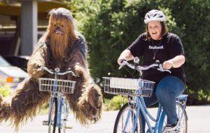 """""""Mamãe Chewbacca"""" visita sede do Facebook acompanhada do Chewbacca"""