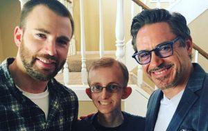 Chris Evans e Robert Downey Jr. visitam fã com câncer