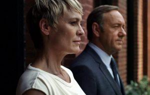 """Robin Wright exige e consegue salário igual ao de Kevin Spacey em """"House of Cards"""""""