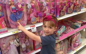 Mãe vai comprar Barbie com filho e escreve carta para outra mãe que a olhava