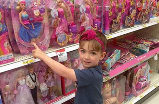 garoto-comprar-barbie