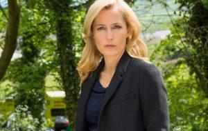 "Gillian Anderson quer ser a primeira mulher ""007"" no cinema – e a gente apoia!"