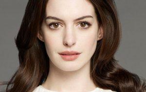 "Anne Hathaway negocia para estrelar o filme ""Barbie"" no lugar de Amy Schumer"