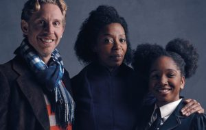 """Harry Potter and the Cursed Child"": veja agora Rony, Hermione e a filha deles na peça de teatro"