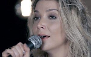 """Luiza Possi faz uma versão acústica de """"Where Are Ü Now"""", do Justin Bieber com Jack Ü"""