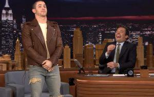 Nick Jonas confessa que já passou por um tapete vermelho chapado e com ereção