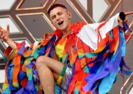"""Olly Alexander em show do Years & Years em Glastonbury: """"jogue um arco-íris na cara do medo"""""""