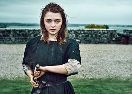 "Maisie Williams recebe roteiro da sétima temporada de ""GOT"" e surta no Twitter"