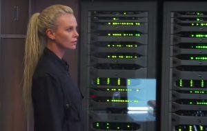 """Charlize Theron e muitas, mas muitas explosões nos bastidores de """"Velozes e Furiosos 8"""""""