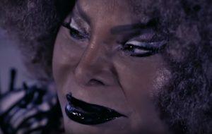 Elza Soares vira youtuber e responde perguntas desses singelos fãs… \o/