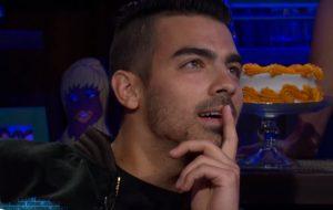 """Joe Jonas precisa escolher entre as ex Demi, Taylor e Gigi no jogo """"transa, casa ou mata?"""""""