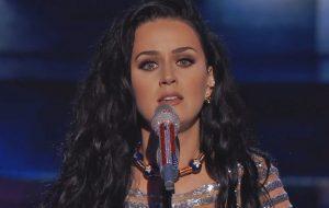 """Katy Perry faz a primeira apresentação ao vivo de """"Rise"""" em evento político nos EUA"""