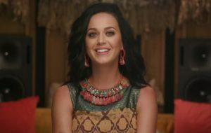 """Katy Perry dá a entender que vai lançar (e estar) em nova versão do clipe de """"Rise"""""""