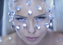 "Kerli cravejada de diamantes no clipe de ""Diamond Hard"""
