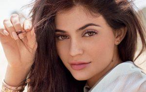 """Kylie Jenner sobre seu maior erro estético: """"Exagerei no preenchimento dos lábios"""""""