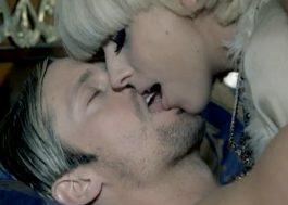 """Lady Gaga deu beijo de língua no Alexander Skarsgård em """"Paparazzi"""" e ele correspondeu!"""