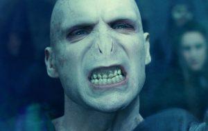 """Ralph Fiennes quase recusou ser Voldemort: """"Assisti ao primeiro Harry Potter e não me atraiu"""""""
