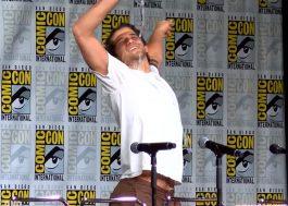 """Vídeo: Tyler Posey em um momento """"Flashdance"""" de camisa molhada na Comic Con"""