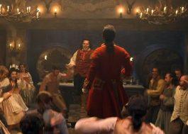 """Divulgaram a primeira foto do Luke Evans como o Gastão de """"A Bela e a Fera""""… Só que de costas!"""