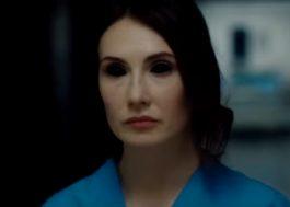 """'Melisandre' tá possuída pelo demônio no trailer do terror """"Incarnate"""""""
