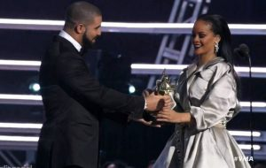 Drake entrega Video Vanguard Award e se declara para Rihanna no VMA