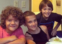 """Eleven, Will e Dustin comemoram renovação de """"Stranger Things"""""""