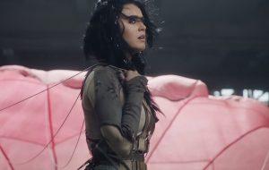 """Katy Perry enfrentando desafios na nova prévia do clipe de """"Rise"""""""