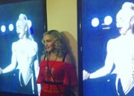 """Madonna aparece de surpresa no MoMA em comemoração aos 25 anos de """"Na Cama com Madonna"""""""