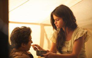 """Selena Gomez e James Franco aparecem em fotos do filme """"Batalha Incerta"""""""