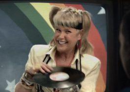 """Xuxa mega zoeira ajuda a Joyce em novo vídeo da Netflix para promover """"Stranger Things"""""""