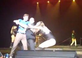 Ally Brooke, do Fifth Harmony, é derrubada no chão após fã invadir palco