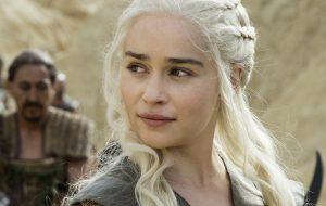 """Emilia Clarke diz que haverá outra batalha épica na nova temporada de """"Game of Thrones"""""""